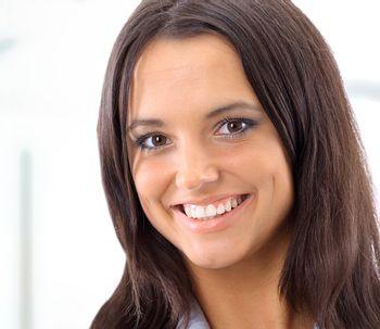 Una sonrisa atractiva puede aumentar el éxito profesional