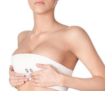 Eleva y mejora la forma de las mamas caídas gracias a la mastopexia