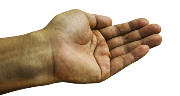 ¿Quién debe realizar la cirugía de la mano?