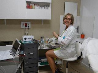 Dra. Margarita Cáliz Carmona preparándose para realizar un tratamiento.