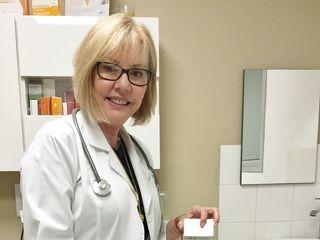 Dra. Margarita Cáliz Carmona preparando toxina botulinica