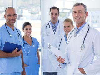 Equipo médico al servicio de tu belleza y salud