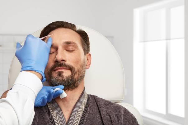 Hombre aplicándose toxina botulínica